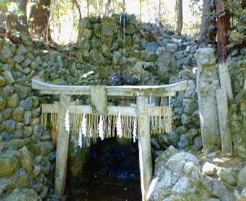 岩戸妙見宮境内の滝
