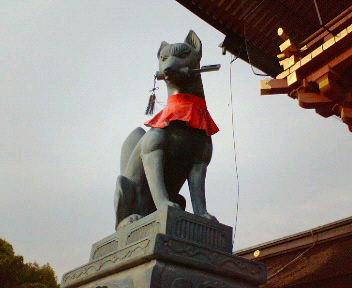 鍵をくわえた伏見稲荷大社の狐