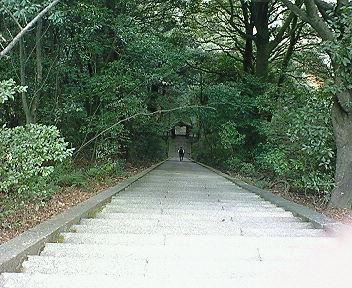 豊国廟 秀吉公の墓前から神門を見下ろす