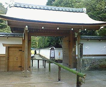 雪の銀閣寺中門