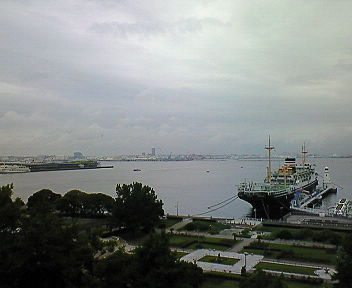 横浜の海(2) 窓を開ければ港が見える