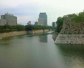 大阪城外堀とNHK大阪放送局