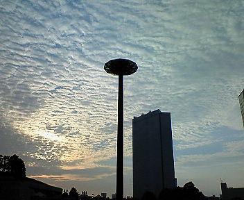 大阪・京橋 雲の夕景