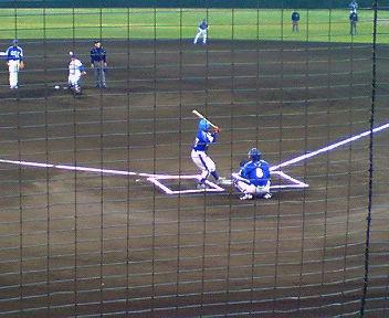 西京極での関西独立リーグ 神戸9クルーズ対明石レッドソルジャーズ戦 吉田えり投手が「バッター」として始球式に参加