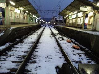 雪の茶山駅その2