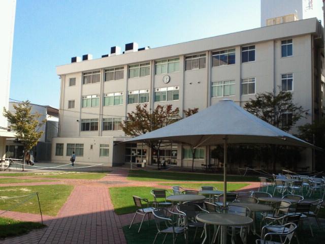 大阪音楽大学中庭・A号館