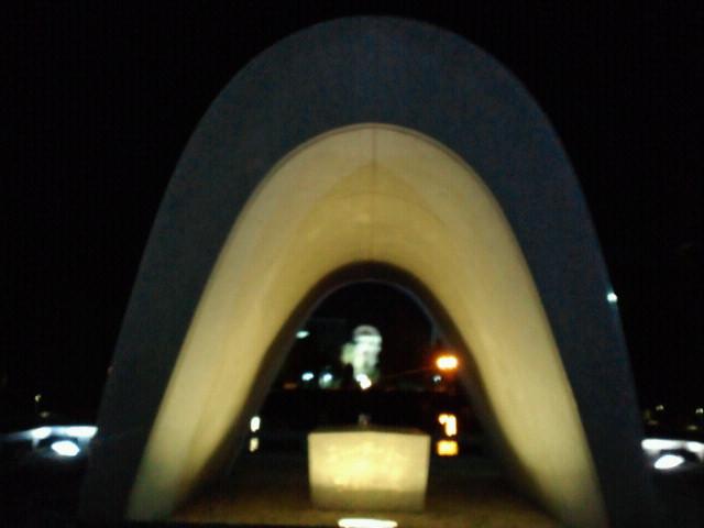 広島・原爆慰霊碑と原爆ドーム夜景
