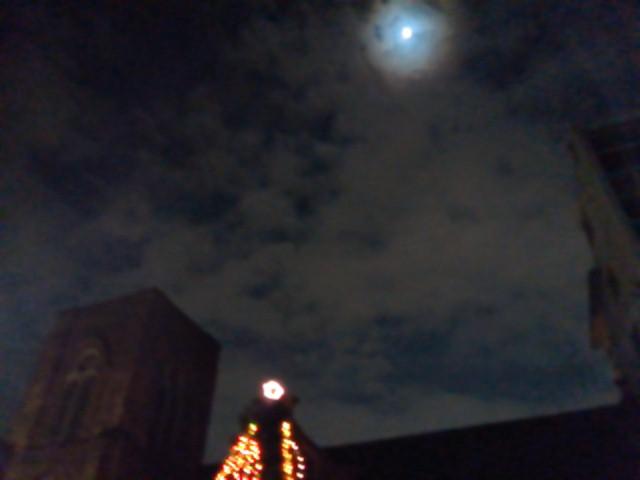 聖アグネス教会とクリスマスツリーと月