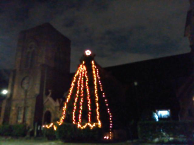 夜の聖アグネス教会(平安女学院。京都市指定文化財)とクリスマスツリー