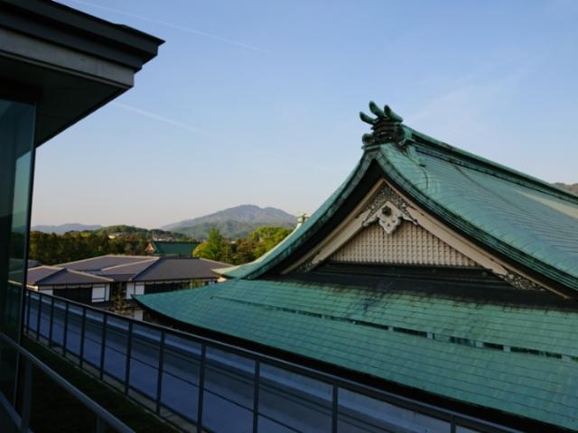 ロームシアター京都メインホール3階テラスから比叡山を望む
