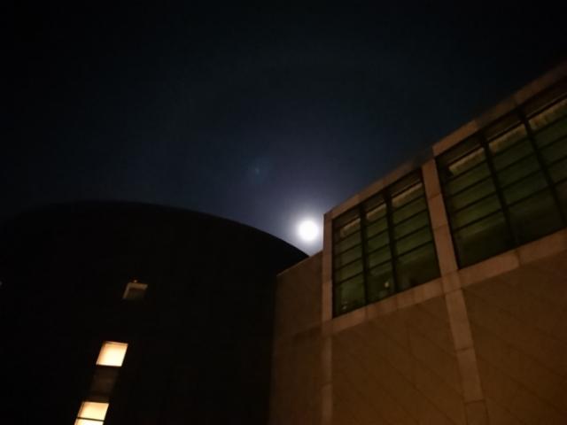 京都コンサートホールの満月