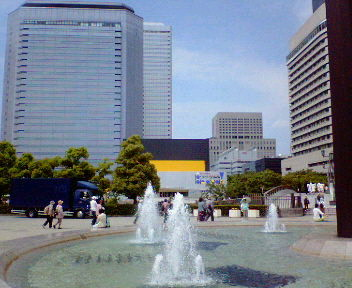 大阪城公園内噴水と大阪ビジネスパーク