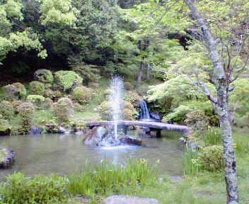 三宅八幡宮 池と噴水