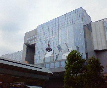 京都駅ビルに映った京都タワー