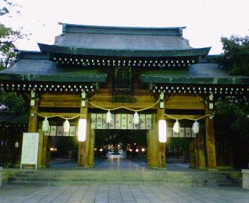夕闇の湊川神社