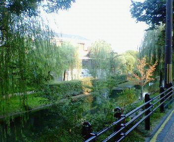伏見・夕暮れの酒蔵と運河