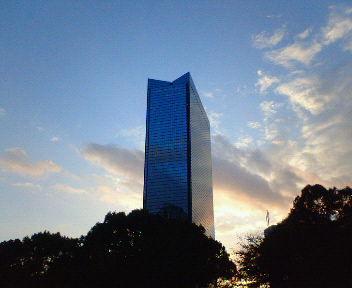 夕日を背後に聳えるクリスタルタワー