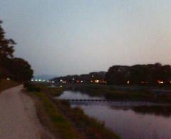 夕暮れの賀茂川で