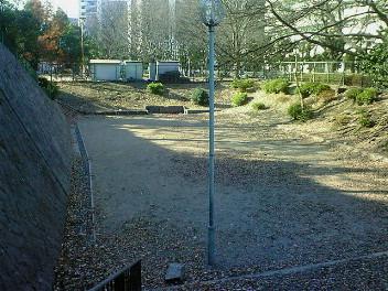 山科本願寺 土塁と堀跡