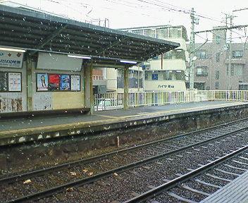 雪降る茶山駅