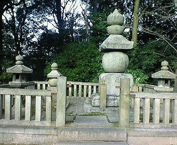 国松公と松の丸殿の墓