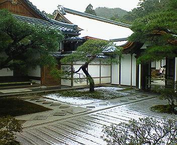雪の銀閣寺 方丈の屋根に積もった雪