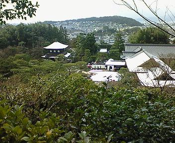 雪の銀閣寺 山上から見る