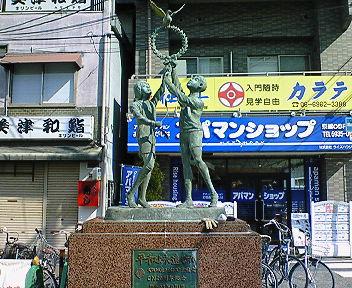 JR京橋駅南口 平和の像