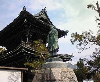 清涼寺 法然上人像と仁王門(楼門)