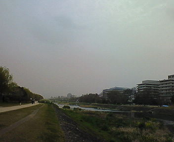黄砂の日。三条のビル群が霞んでいる