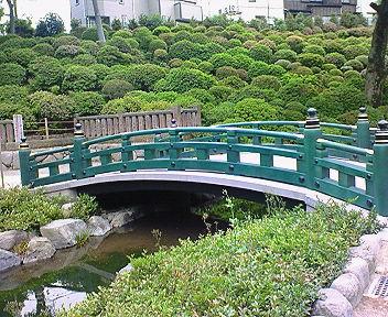 根津神社 楼門前の橋と池