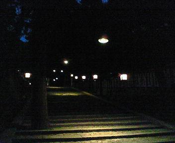 夕闇の吉田神社参道