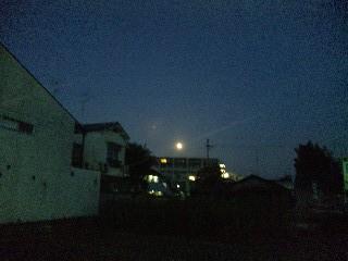 夜明けの街と満月と