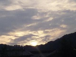東山の夜明け