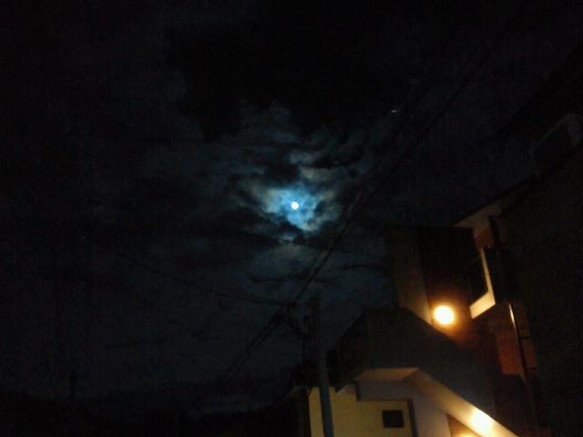 雲間の満月