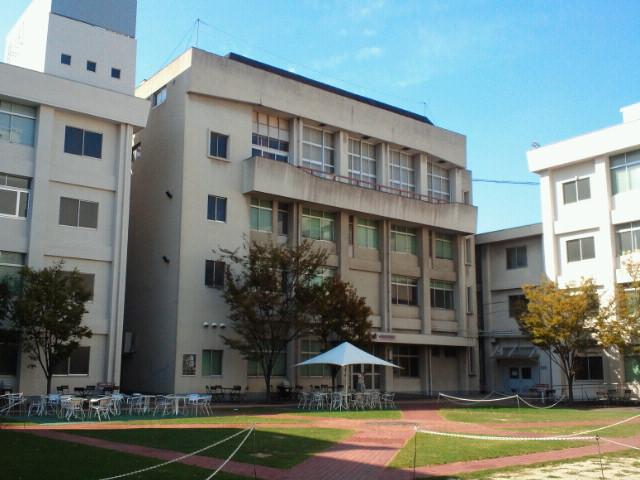 大阪音楽大学中庭・図書館