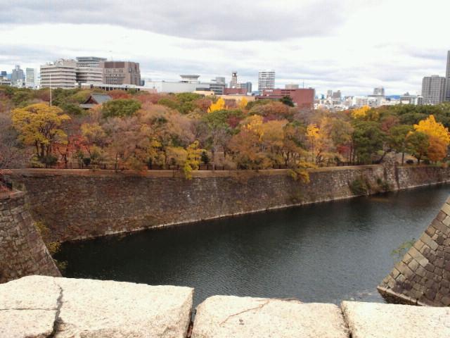 大阪城の堀と紅葉1
