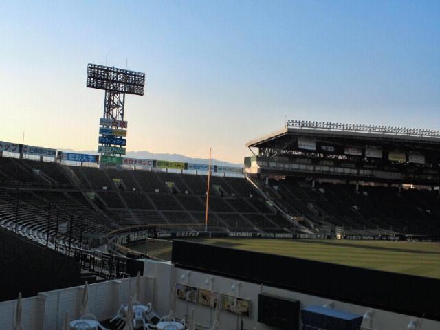 阪神甲子園球場バックスクリーン裏から一塁側アルプススタンドと六甲山を望む
