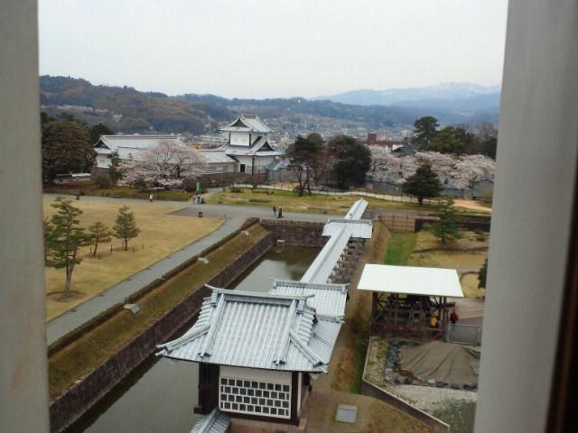 金沢城五十間長屋から石川門を臨む