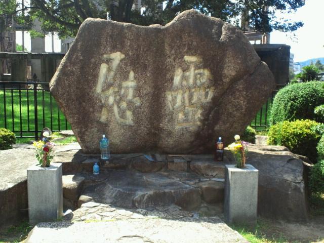 原爆ドーム前の慰霊碑