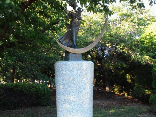 広島平和記念公園・平和祈念像(草野心平詩碑)