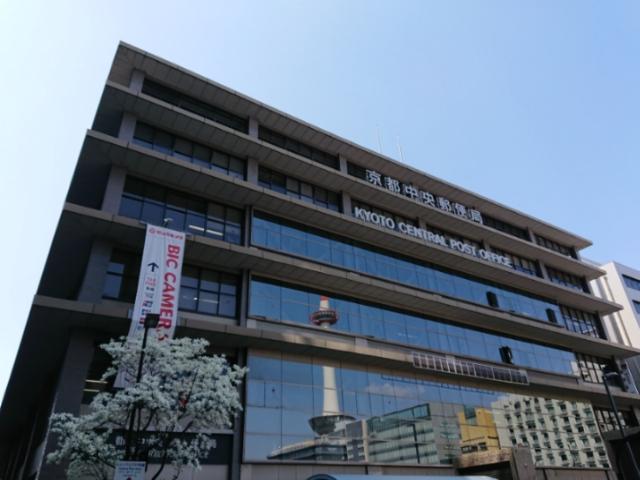 京都中央郵便局に映る京都タワー